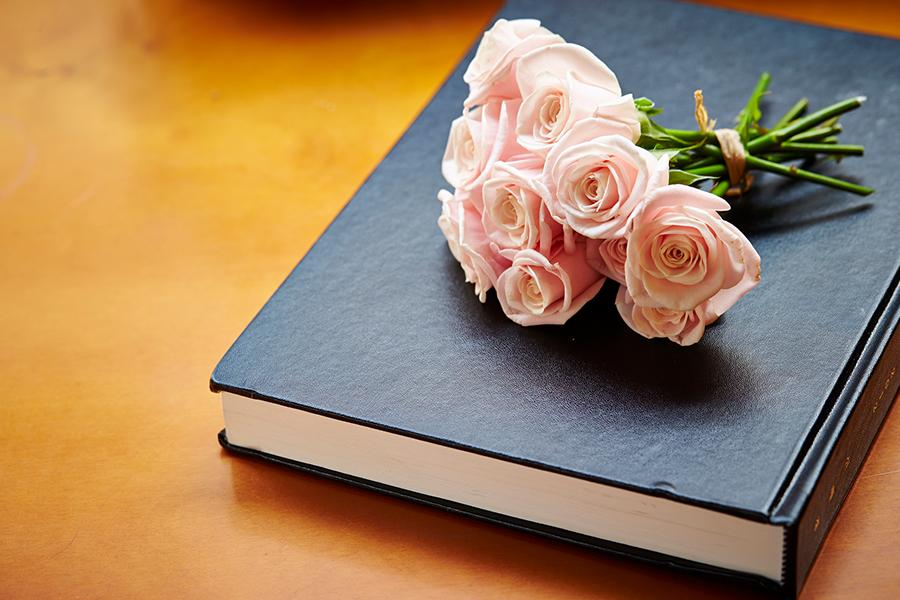 本とバラのブーケ
